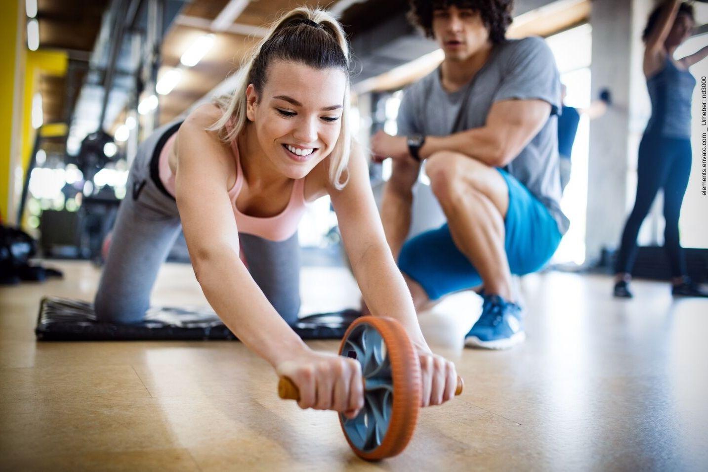 Im Fitnessstudio gibt es zahlreiche Möglichkeiten für effektives Training